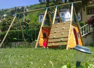 Zona infantil con columpios La Pumarada de Limes